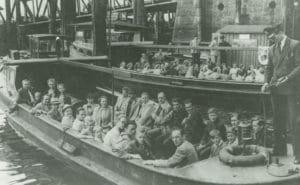 1951: Fahrgäste warten an Bord auf das Ablegen der Barkassen Gerda 1 und Gerda 2. (Foto: Wunder)
