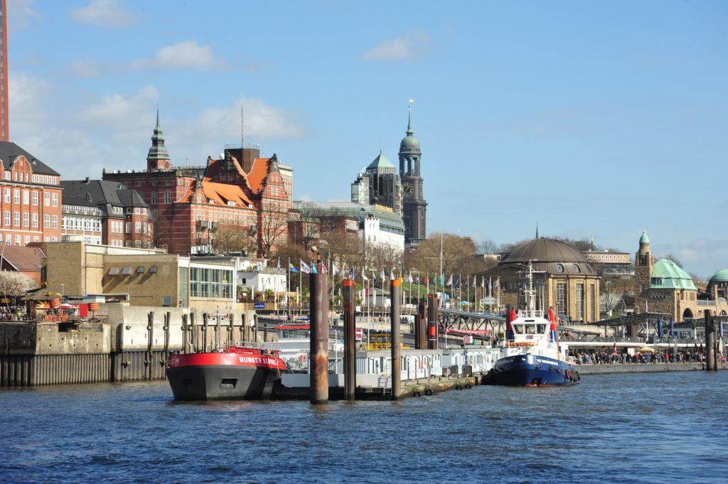 Mehr Hamburg geht nicht: Blick auf den Michel und das Kuppelgebäude des Alten Elbtunnels. Foto: Wunder
