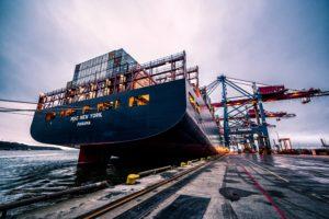 Ein Containerriese im Hamburger Hafen