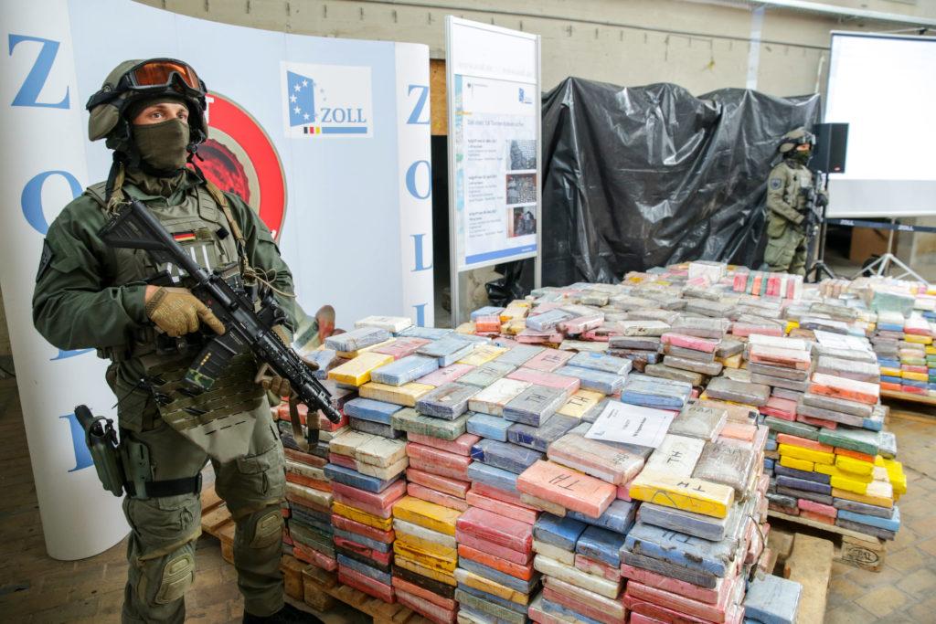Schwer bewaffnete Zollbeamte einer Spezialeinheit (ZUZ) sichern einen großen Kokainfund. (Foto: Sun)