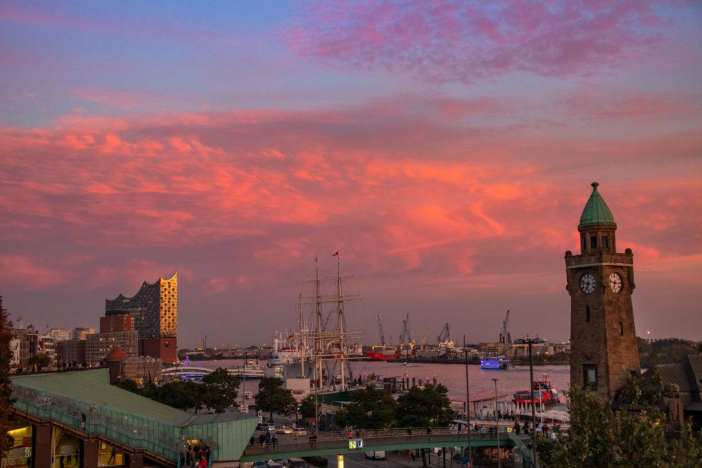 Der Hamburger Hafen am Abend. (Foto: Quandt)